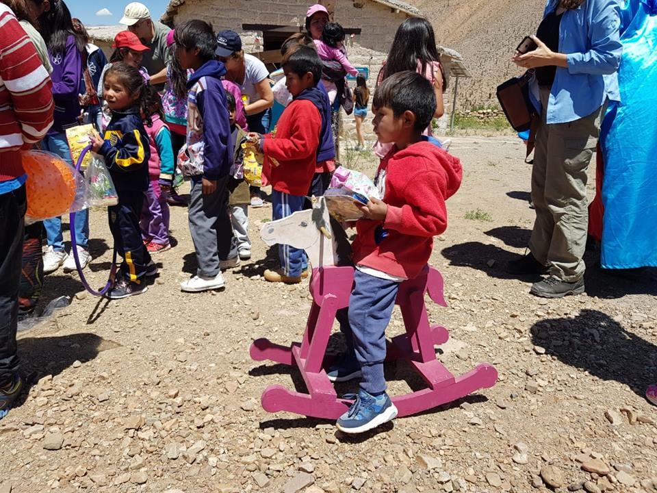 Los niños disfrutando sus regalos