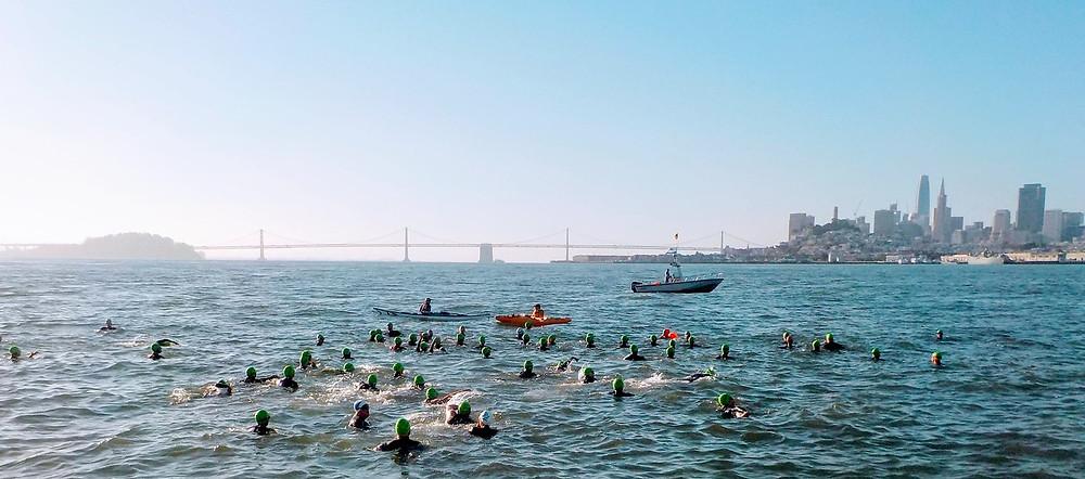 Schwimmer vor Alcatraz im Meer nach San Francisco