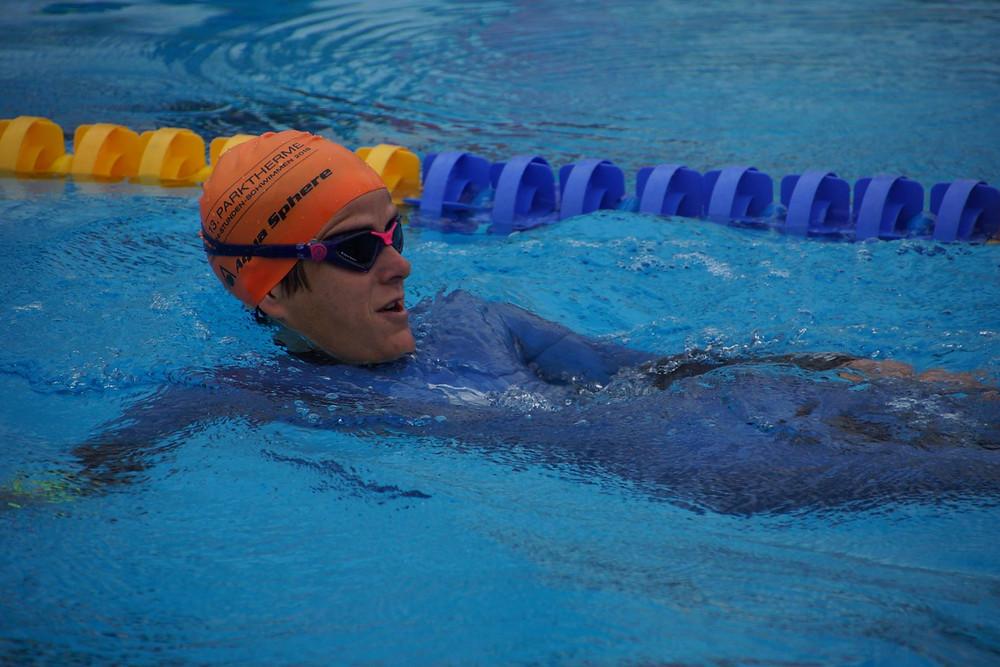 Claudia Müller schwimmend beim Parktherme 24 Stunden Schwimmen
