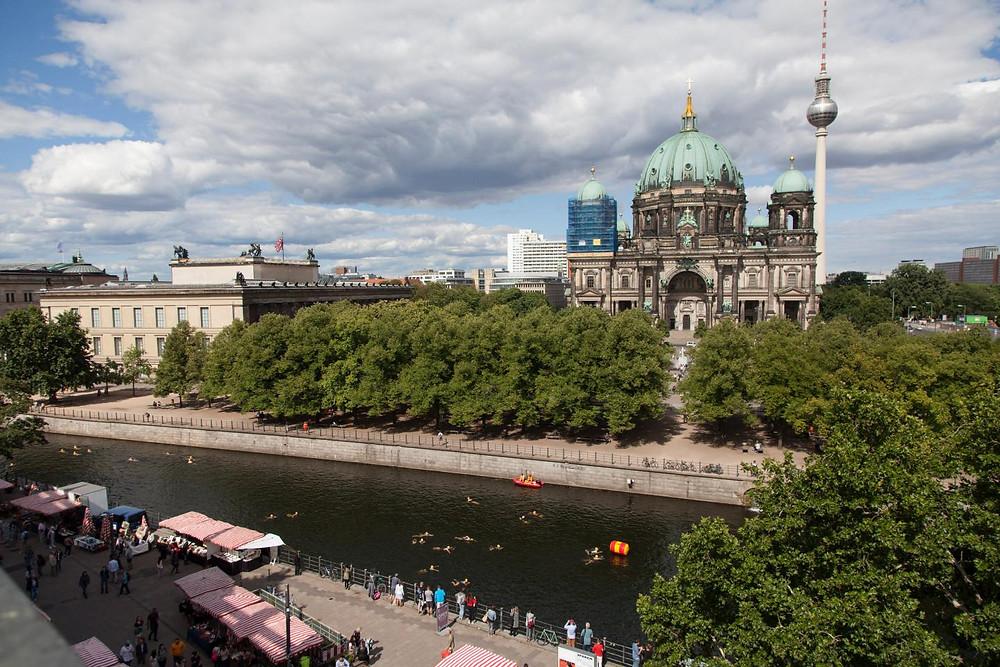 Schwimmer bei der Wendeboje am Lustgarten beim Berliner Flussbad Pokal