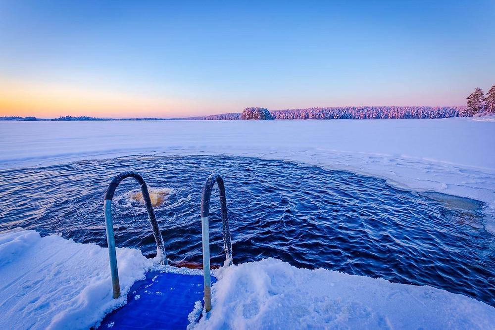 Eisschwimmen - mein chef geht für mich durchs Eis