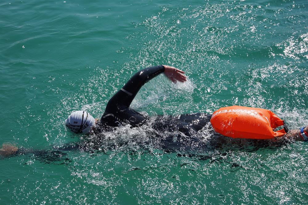 Kraulschwimmer mit Schwimmboje