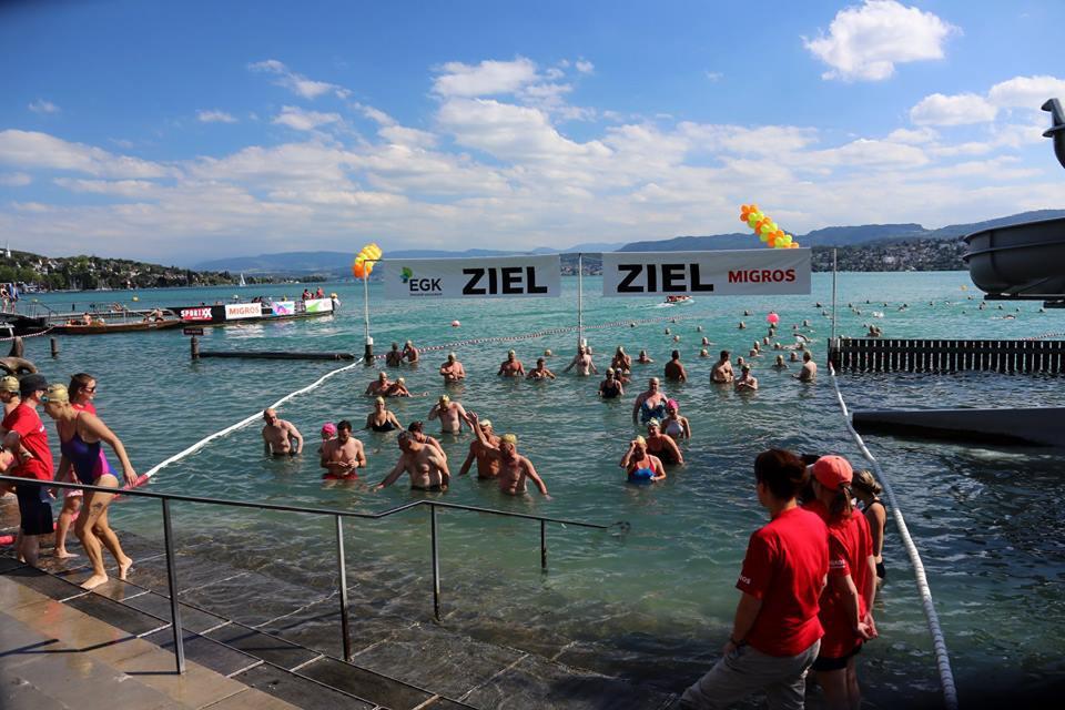 30. Stadtzürcher Seeüberquerung: Nach 1,5 Kilometer schwimmen im Ziel.