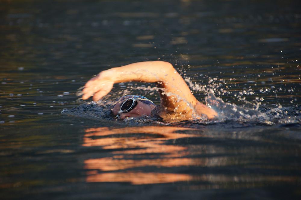 Schwimmerin im Grundlsee in Österreich