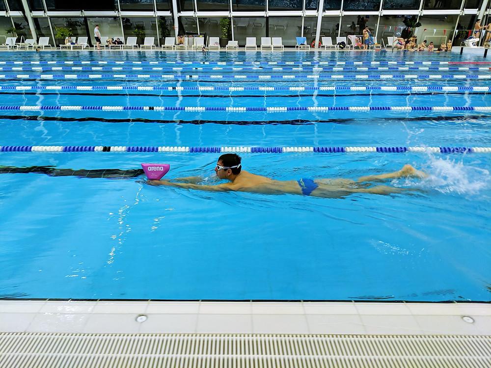 Der Arena Swim Keel im Produkttest im schwimmbad beim Schwimmtraining