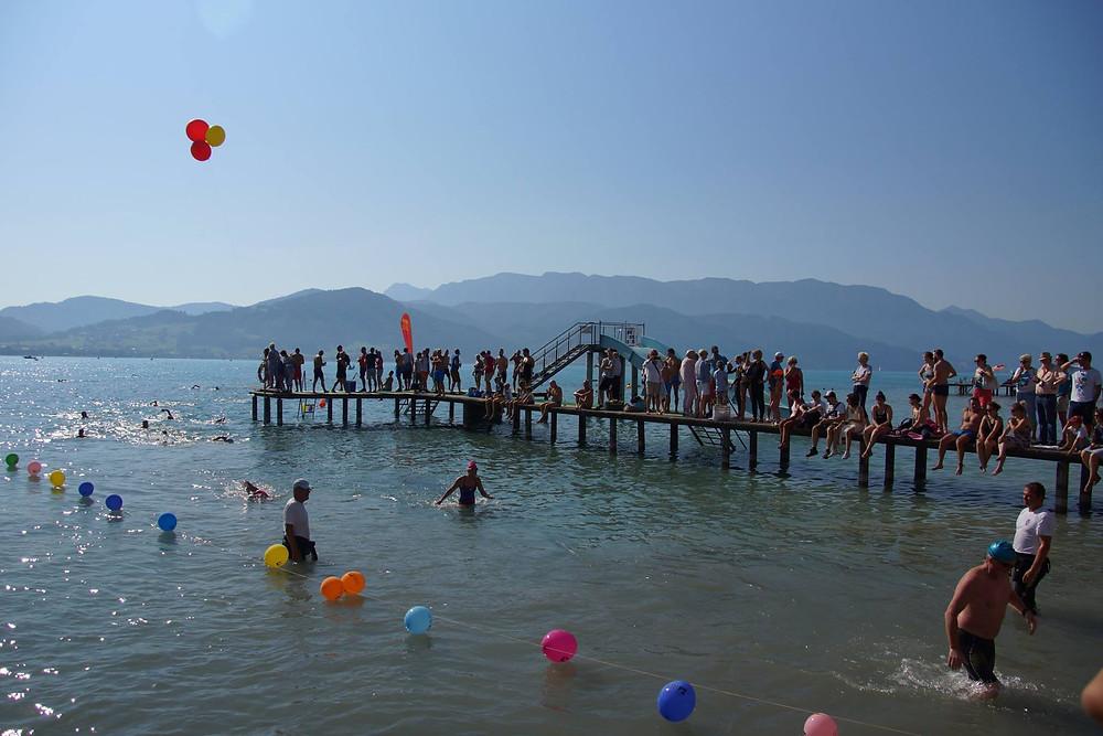 Zieleinlauf der ASVÖ Atterseeüberquerung im Strandbad Attersee