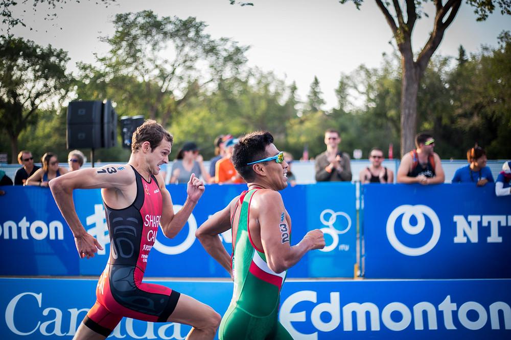 Zwei Triathleten im Ziel - die Bücher für den besten Triathlon