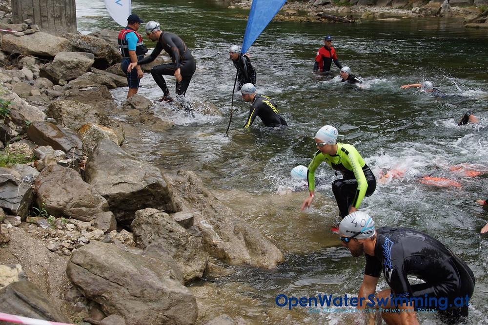 Waidhofen an der Ybbs Riverthlon Schwimmer die aus der Ybbs steigen