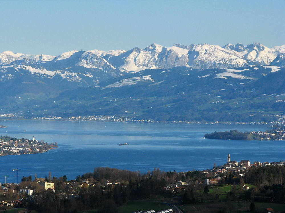 Zürichsee mit Blick auf die Alpen