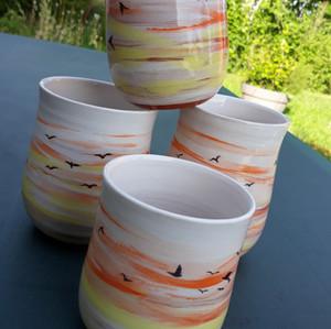 Mugs envolée d'oiseaux sur le soleil couchant