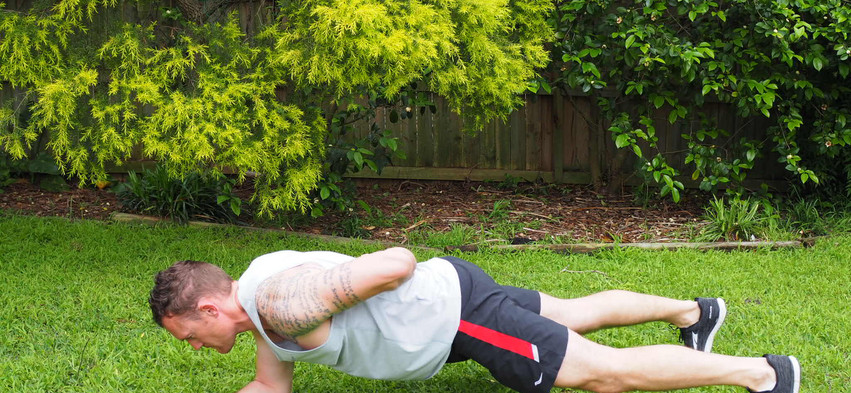 Plank one arm lift 2