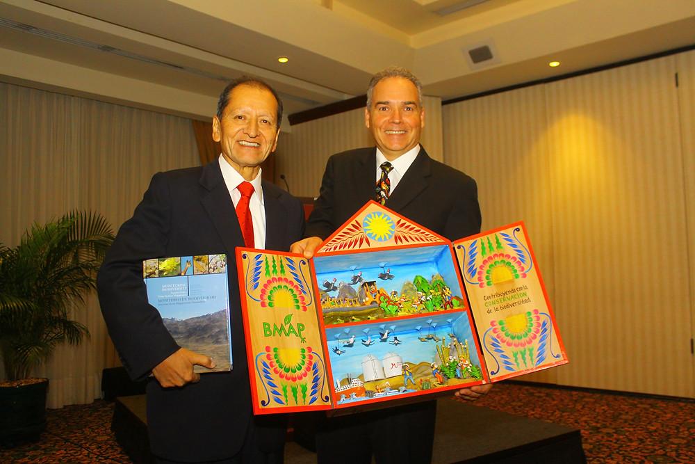 Francisco Dallmeier entrega un ejemplar del libro y un retablo sobre el BMAP al Ministro de Energía y Minas, Jorge Merino (Foto: PERU LNG)