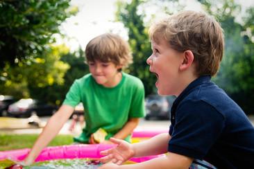 Stare all'aria aperta: perché fa bene ed è importante per i bambini