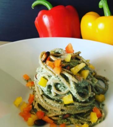 Spaghetto integrale al pesto di maggiorana e peperoni