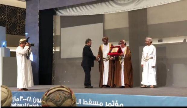 الدكتور مازن سنجاب يتلقى درعاً تكريمياً من الجمعية العمانية لطب العيون في مسقط لمساهماته العلمية في طب العيون على مستوى العالم