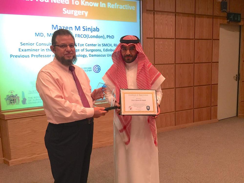 بدعوة رسمية من جامعة الملك سعود في الرياض، الدكتور مازن سنجاب يعطي دورة تدريبية في قسم البصريات وتم تكريم الدكتور مازن سنجاب لجهوده التعليمية