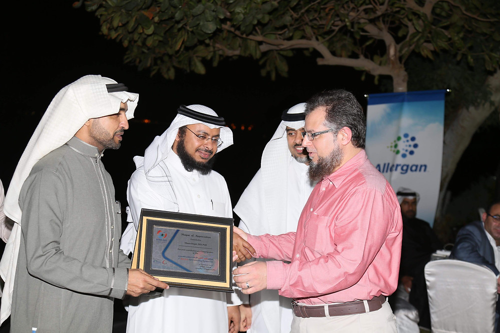 Honouring Dr. Mazen Sinjab in the Red Sea Ophthalmology Symposium (SOS) for his outstanding scientific efforts in medical education.