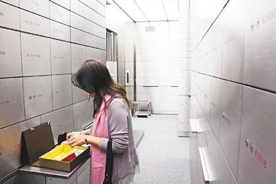 Why is safe deposit box not a 100% safe option?