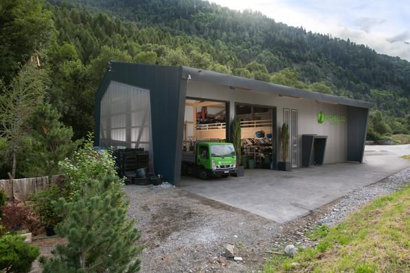 Construction d'un dépôts à Versegères (Val de Bagnes) pour l'entreprise Michellod Paysage SA par le bureau Alp'Architecture #architecture #mountain #montagne #valais #depot #industriel #construction #design #noir