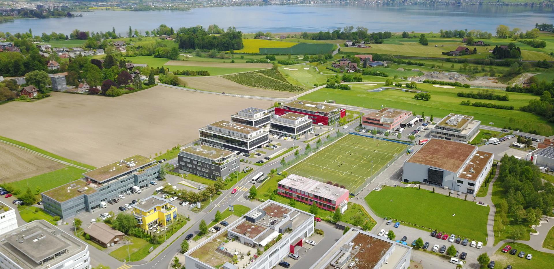 Blick Richtung Zug und Golfplatz  /  View towards train and golf course