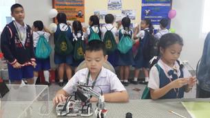 นักเรียนสาธิตการใช้หุ่นยนต์ให้เพื่อน ๆ ดู