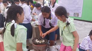 นักเรียนอนุบาลฝึกแคะขนมครก