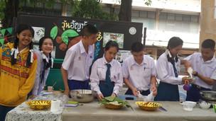 นักเรียนช่วยกันเตรียมวัตถุดิบสำหรับทำวุ้นอันชัน