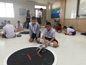 นักเรียนทดลองการเล่นหุ่นยนต์ซูโม่