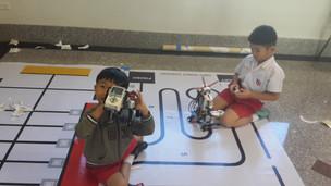 นักเรียนอนุบาลให้ความสนใจหุ่นยนต์เดินตามเส้น