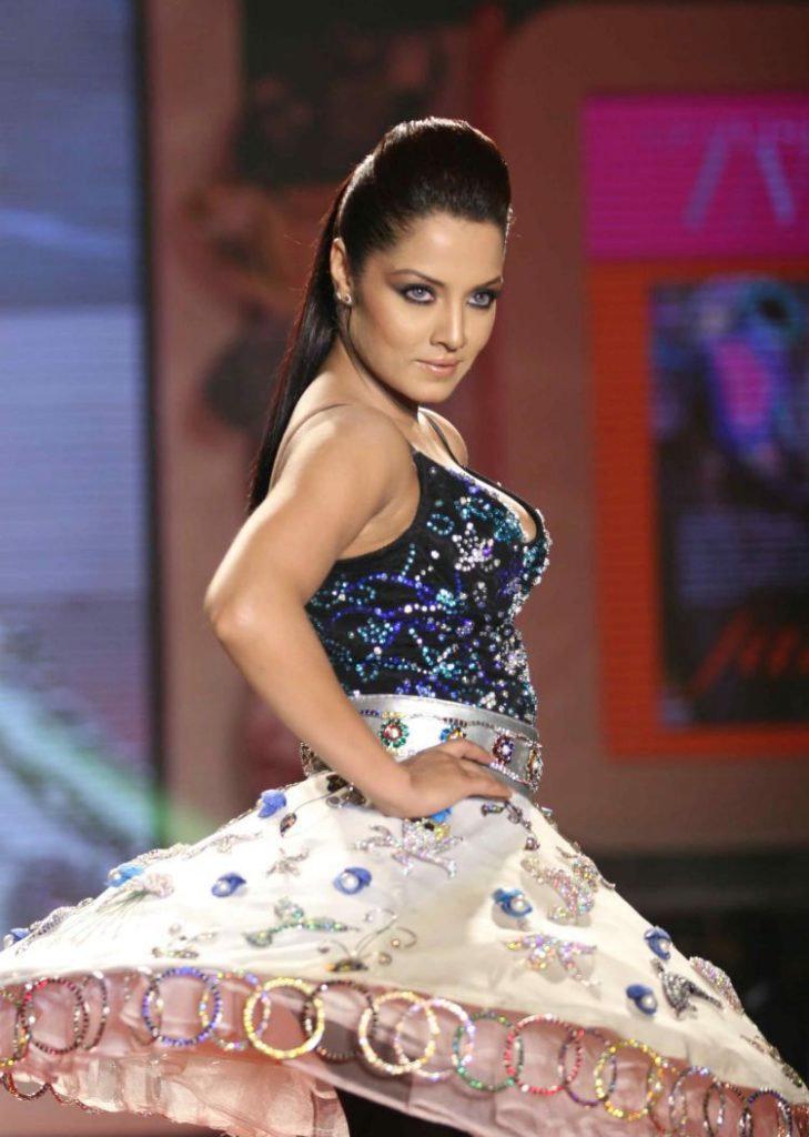 Indian-Actress-Celina-Jaitley-Dancing-Pi