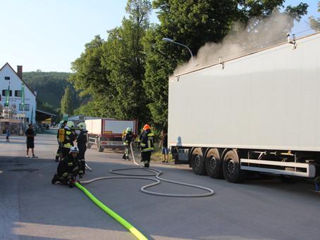 Ladungsbrand auf LKW-Sattelanhänger