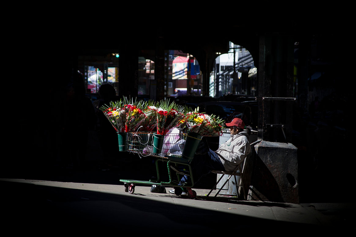 Man selling flowers under a railway line - Broadway - New York - Brooklyn - Street photography