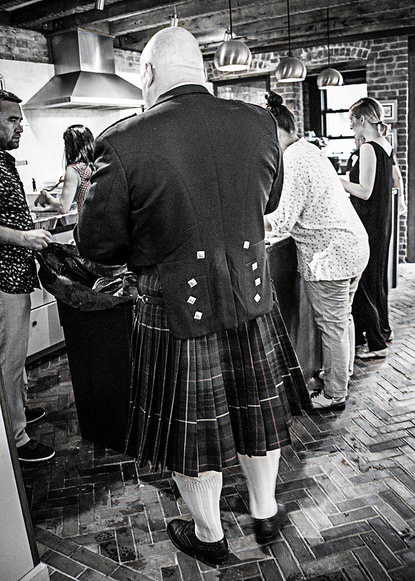 mna in kilt at wedding - Eating  - Wedding photography - Black and white photography