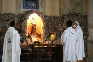 Padres abençoam Gruta de São José durante a Missa do Padroeiro