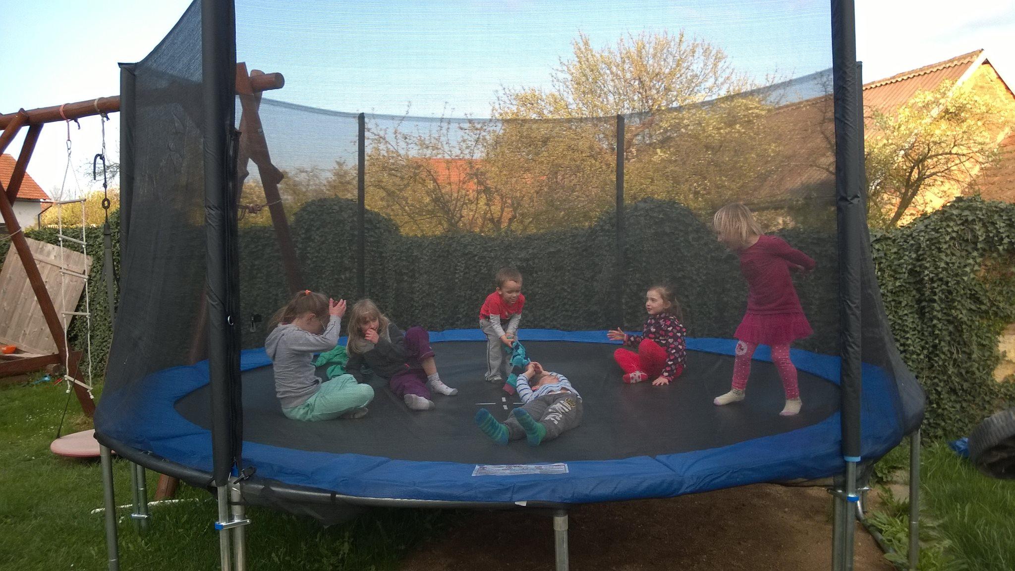Trampolína plná dětí