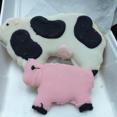Frosted Cow and Pig Sugar Cookies YUM!