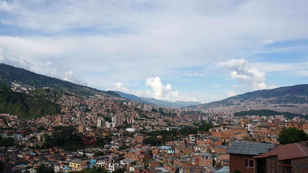 Pemandangan kota Medellin dari puncak bukit Comuna 13 (c) Arakita Rimbayana BuLiBi Bukan Liburan Biasa