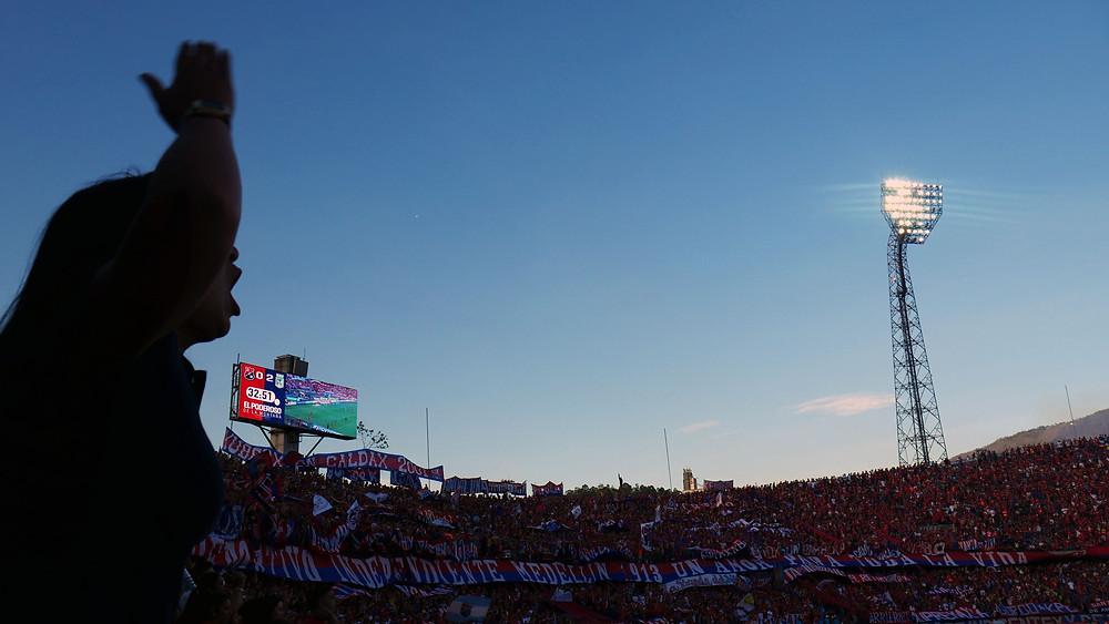 Fans Independiente tetap semangat meskipun tertinggal 0-3 sepak bola amerika latin kolombia medellin (c) Arakita Rimbayana