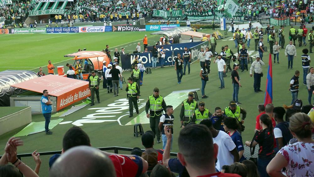 Penonton yang rusuh langsung diamankan (c) Arakita Rimbayana sepak bola amerika latin medellin kolombia