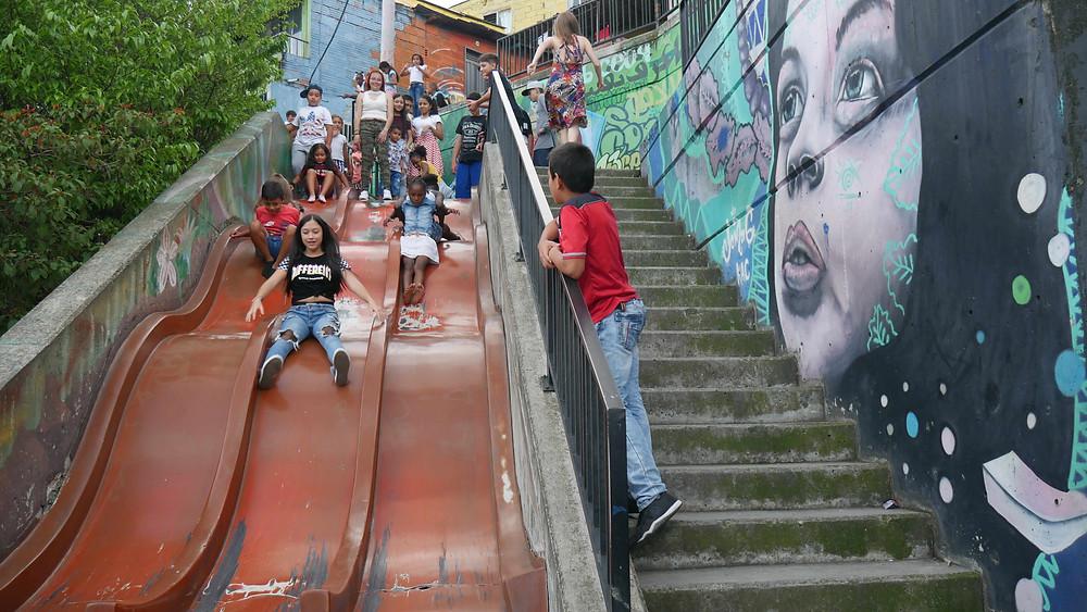 Anak-anak bermain di Comuna 13 (c) Arakita Rimbayana BuLiBi Bukan Liburan Biasa