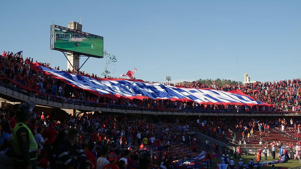 Kubu Independiente Medellin di Tribun Selatan (c) Arakita Rimbayana Sepakbola Amerika Latin Kolombia