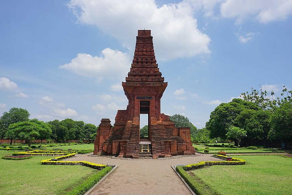 Peninggalan Kerajaan Majapahit (Photo: Wikipedia - Author: Anandajoti Bhikkhu from Sadao, Thailand / CC BY (https://creativecommons.org/licenses/by/2.0) BuLiBi Bukan Liburan Biasa