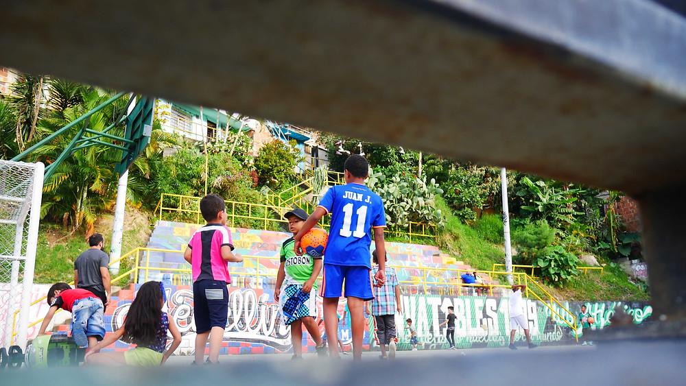 Anak-anak main bola di Comuna 13 Medellin, Kolombia (c) Arakita Rimbayana