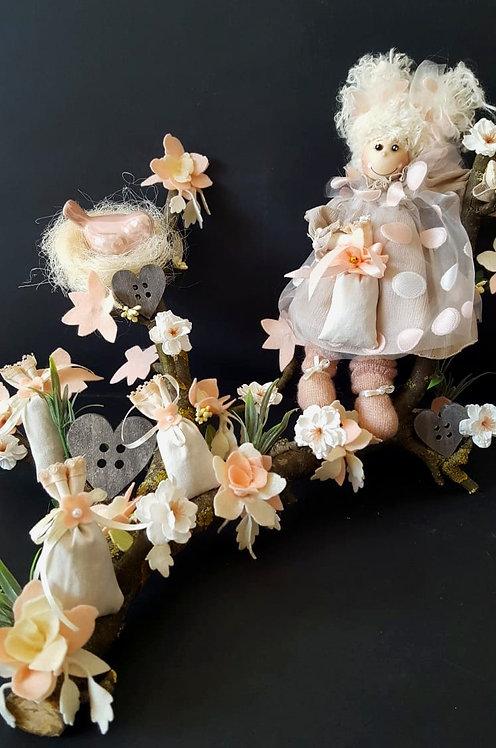 Creangă decorativă cu păpușă și lavandă dim. 30x40 cm.