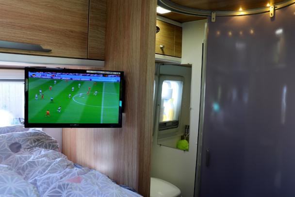 TV beim Bett.JPG
