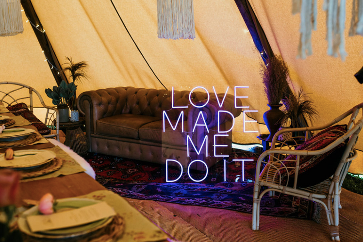 love mae me do it neon sign hire.png