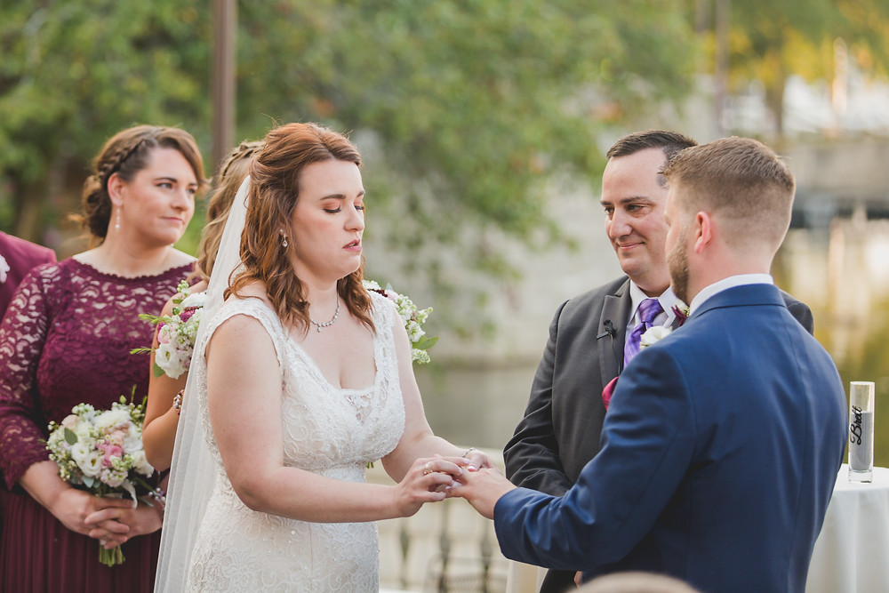 Exchanging of the rings. Illinois wedding photographer