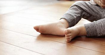 Piede del neonato sul pavimento