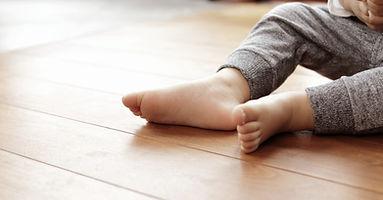 フロア上の男の赤ちゃんの足