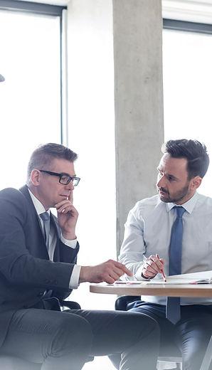 אנשי עסקים מדברים במשרד